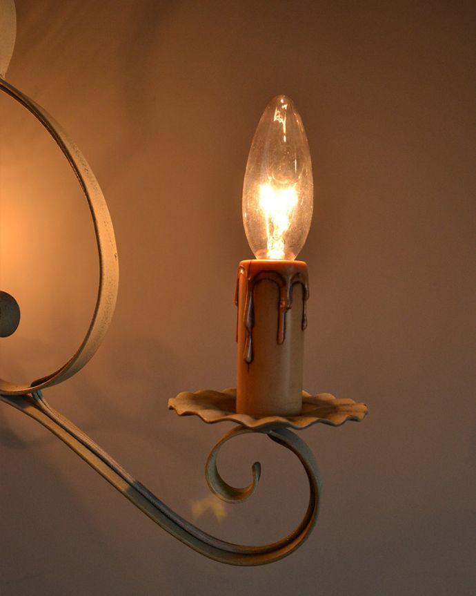 Handleオリジナル 照明・ライティング Handleオリジナル シャンデリア(コトン・ホワイト・E17シャンデリア球3個付き)。アイアンで描くシャンデリアの美しさシャンデリアと言うとキラキラしたイメージですが、アイアンのシャンデリアはシンプルなものが多いので、気を使わずいろんな場所で使えるんです。(CR-003)