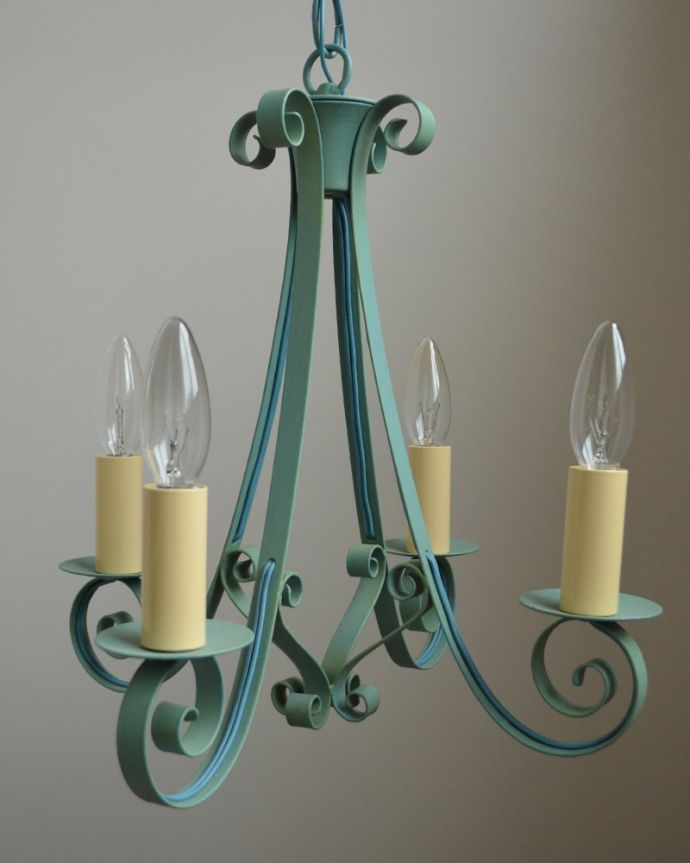 Handleオリジナル 照明・ライティング Handleオリジナル シャンデリア(エッフェル・ブルー・E17シャンデリア球4個付き)。美しいシンメトリーデザイン見る角度によって、デザインが違って見える4灯タイプ。(CR-007)