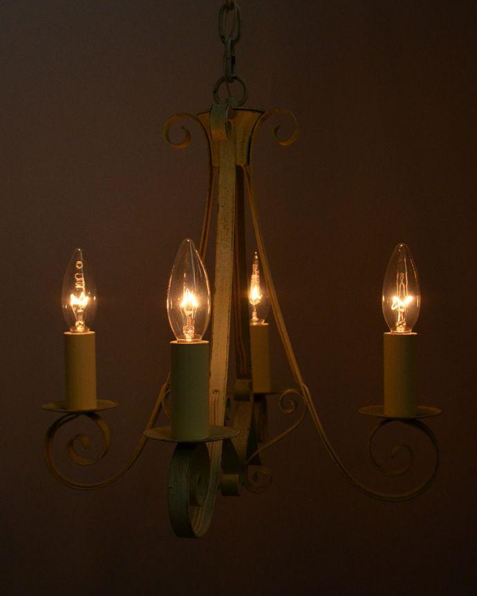 Handleオリジナル 照明・ライティング Handleオリジナル シャンデリア(エッフェル・ホワイト・E17シャンデリア球4個付き)。パリのシンボル、エッフェル塔デザイン見上げると、すぐそばに見えるエッフェル塔・・・お部屋の中で、どこよりも近いフランス気分を楽しんでみてください。(CR-008)