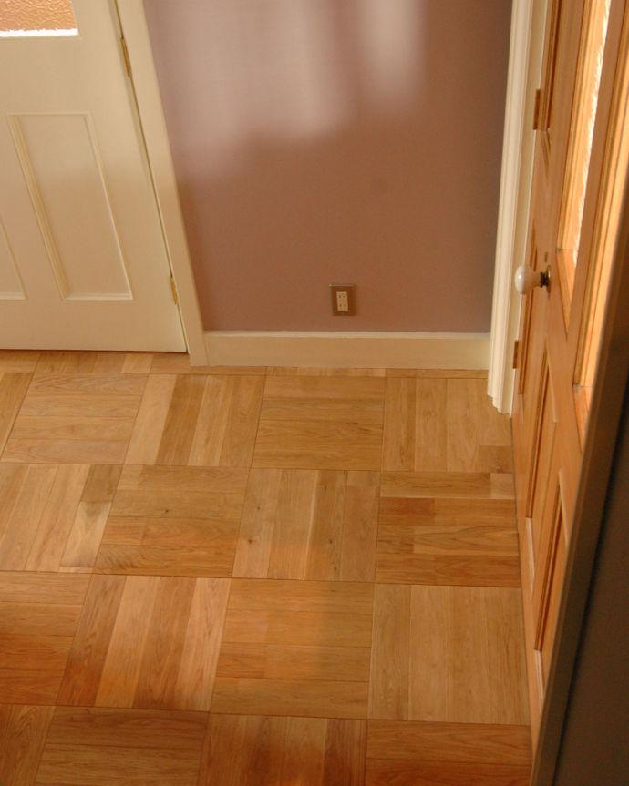 床材 お部屋づくりの材料(建材) Handleオリジナルの床材、オーク材の市松模様(チェッカー柄)の床。おしゃれなデザイン床オーク材の板を組み合わせて作った正方形。(HOW-01)