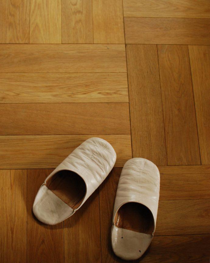 床材 お部屋づくりの材料(建材) Handleオリジナルの床材、オーク材の市松模様(チェッカー柄)の床。肌触りが気持ちいいオーク材は狂いが少ないので、無垢材を使ってカッコよく仕上げることが出来ます。(HOW-01)