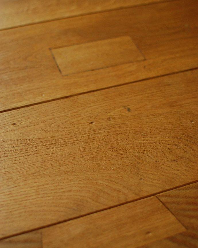 床材 お部屋づくりの材料(建材) Handleオリジナルの床材、アンティーク加工を施したオーク材の床。自慢のアンティーク加工長年使いこんだアンティークの床材のようなアンティーク加工を施し、表情豊かに仕上げました。(HOW-03)