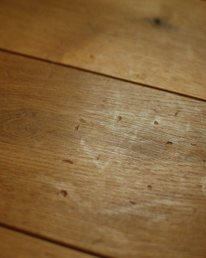 床材 お部屋づくりの材料(建材) Handleオリジナルの床材、アンティーク加工を施したオーク材の床。長年使いこんだような跡硬いオーク材に、まるでハイヒールで歩いたようなヒール跡を付けました。(HOW-03)