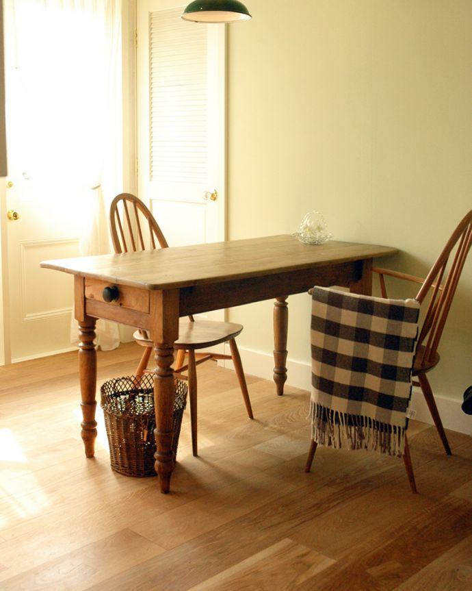 床材 お部屋づくりの材料(建材) Handleオリジナルの床材、アンティーク加工を施したオーク材の床。裸足が気持ちいい!Handleのフローリング材は着色などは一切施していない無垢材を無塗装でお送りしています。(HOW-03)