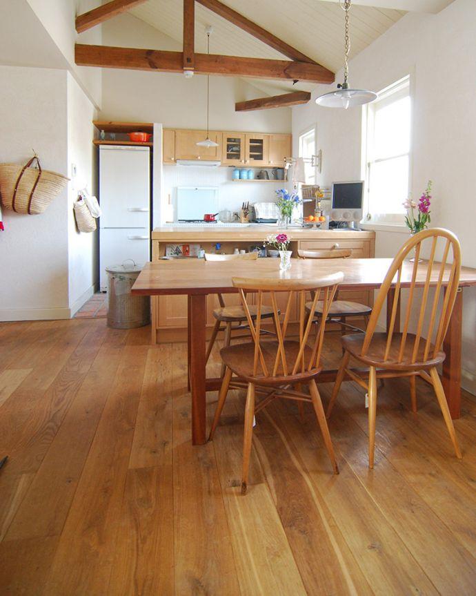 床材 お部屋づくりの材料(建材) Handleオリジナルの床材、アンティーク加工を施したオーク材の床。やっと見つけたオーク材の床わが家をリフォームする際、いろいろ探しまわって、やっと見つけたオーク材の床です。(HOW-03)
