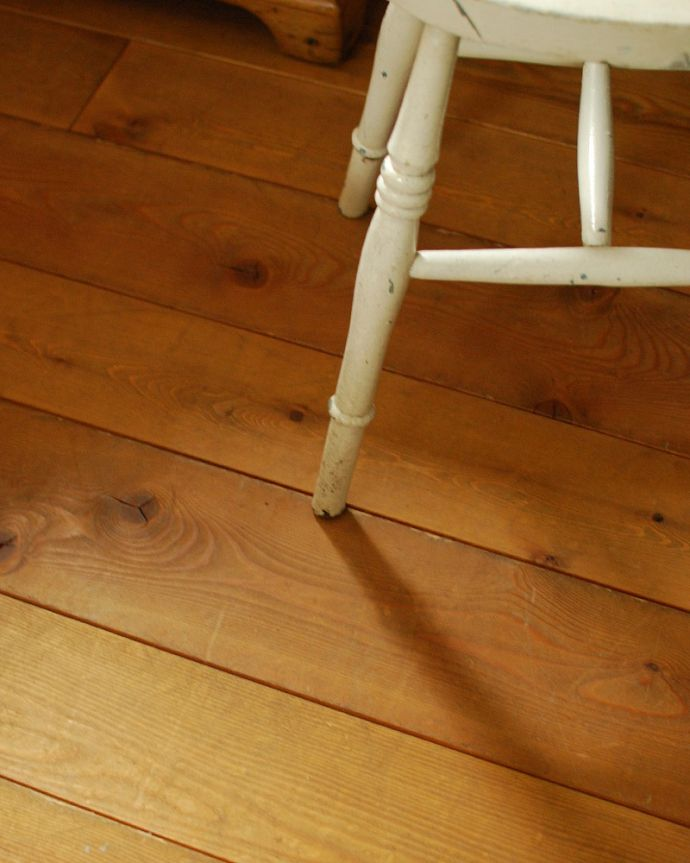 床材 お部屋づくりの材料(建材) Handleオリジナルの床材、 パインの床。カッコイイ杢目が自慢Handleのオリジナルパインの床は寒い地方のパイン材を使って加工しているので、目が詰まっていて木目も美しく、パイン材なのに硬めです。(HOW-04)