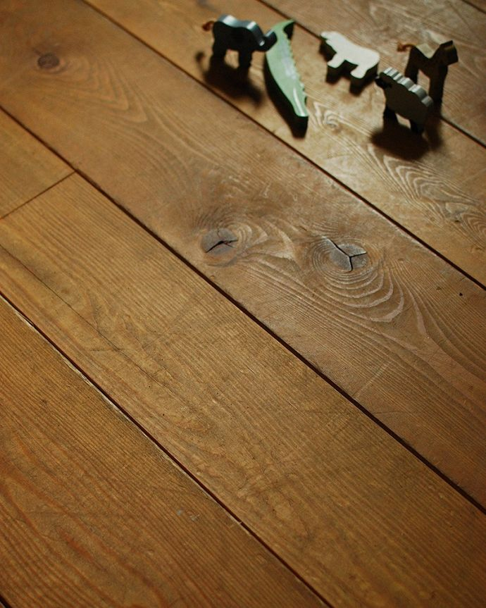 床材 お部屋づくりの材料(建材) Handleオリジナルの床材、 パインの床。肌触りが気持ちいいオーク材は狂いが少ないので、無垢材を使ってカッコよく仕上げることが出来ます。(HOW-04)