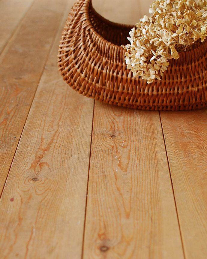 床材 お部屋づくりの材料(建材) Handleオリジナルの床材、 パインの床。一枚一枚、表情が違います天然木なので、木目が一枚一枚違います。(HOW-04)