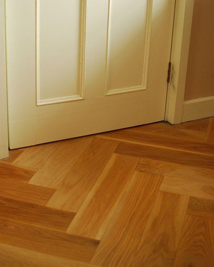 床材 お部屋づくりの材料(建材) Handleハンドルの床材、オーク材の ヘリンボーンの床。おしゃれなデザインヘリンボーンとは、ツイードのコートやジャケットで見かける、山と谷が連続するオシャレなモチーフのこと。(HOW-05)