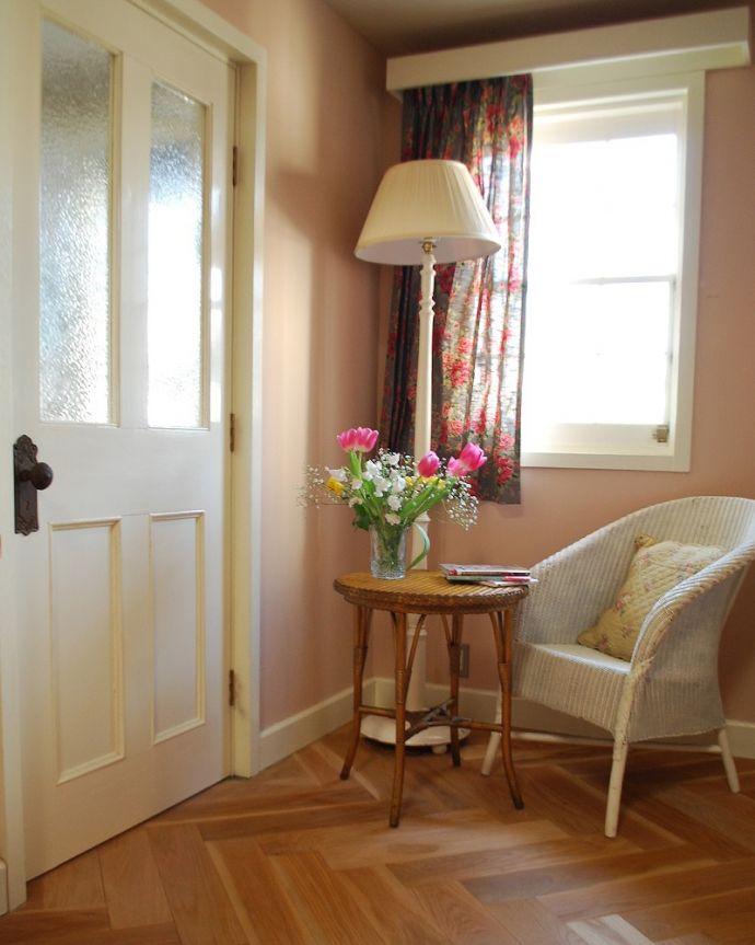 床材 お部屋づくりの材料(建材) Handleハンドルの床材、オーク材の ヘリンボーンの床。女性の憧れ、ヘリンボーンの床フランスでよく見かけるヘリンボーンの床は女性の憧れです。(HOW-05)