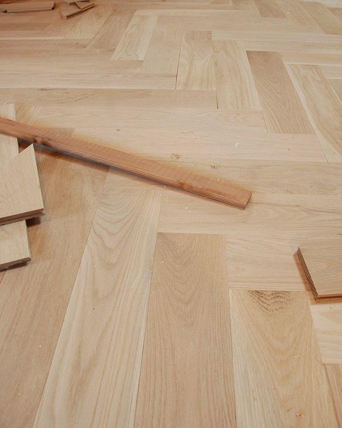 床材 お部屋づくりの材料(建材) Handleハンドルの床材、オーク材の ヘリンボーンの床。無塗装でお送りしますHandleのフローリング材は着色などは一切施していない無垢材を無塗装でお送りしています。(HOW-05)