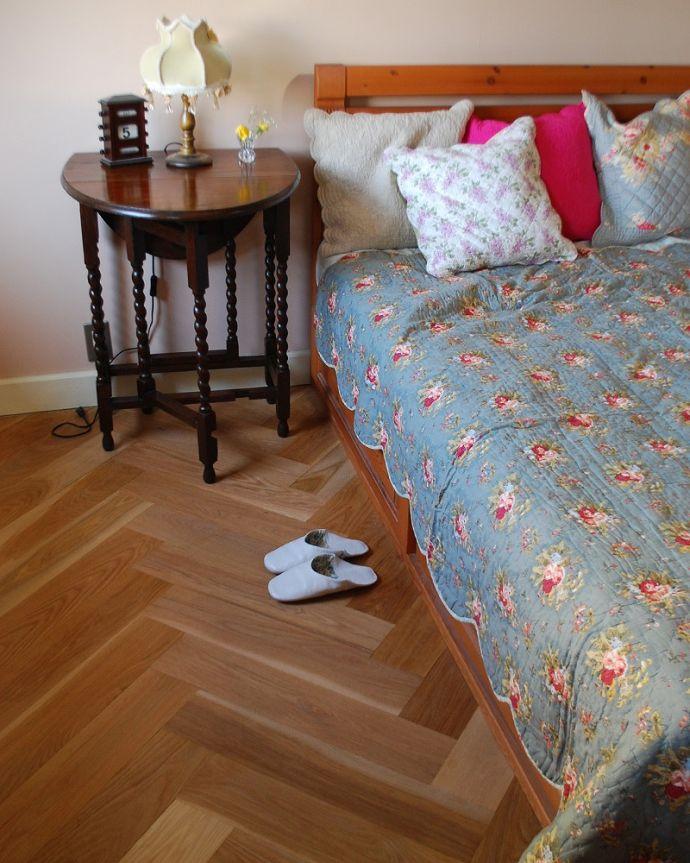 床材 お部屋づくりの材料(建材) Handleハンドルの床材、オーク材の ヘリンボーンの床。受注生産品ですご注文頂いてからお届けまで10日~2週間ほどお時間を頂きます。(HOW-05)