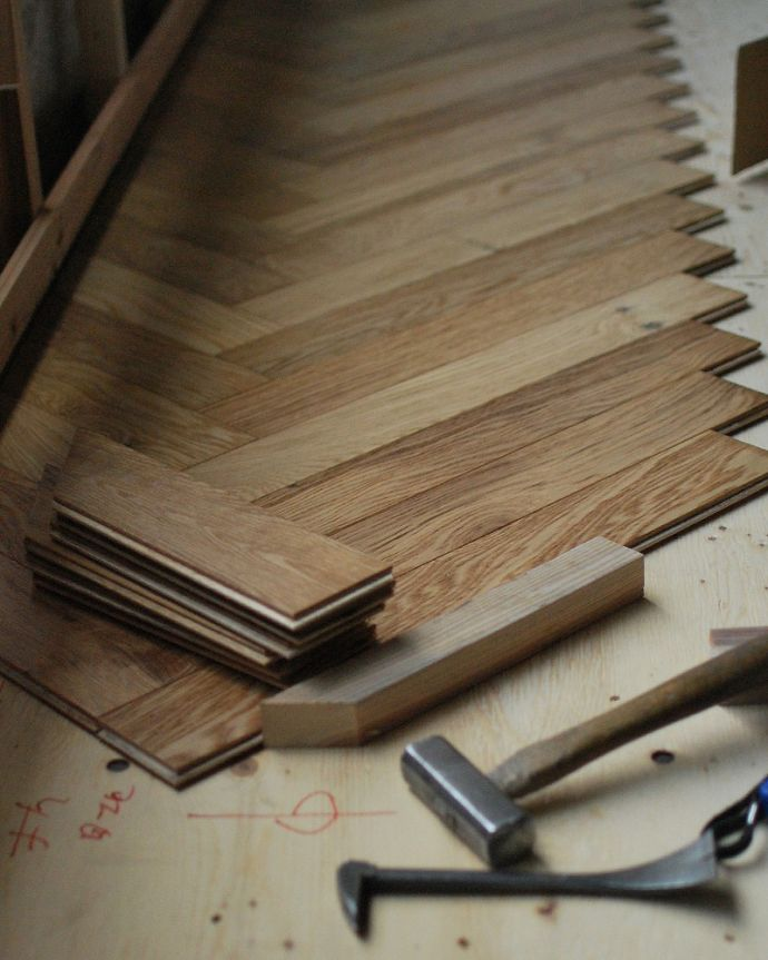 床材 お部屋づくりの材料(建材) Handleハンドルの床材、オーク材の ヘリンボーンの床。本物のフローリングあっという間に貼れるフローリング材と違って、一枚一枚、昔ながらの貼り方で貼っていくヘリンボーン。(HOW-05)