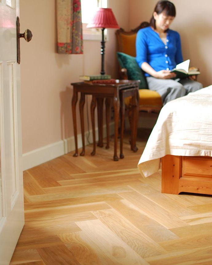 床材 お部屋づくりの材料(建材) Handleハンドルの床材、オーク材の ヘリンボーンの床。一枚一枚、表情が違います天然木を組み合わせて作るヘリンボーン。(HOW-05)