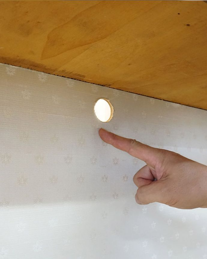 Handleのオリジナルサービス 家具の穴あけ加工( コード用 )。直径3cmほどで加工しています。(ME-05)