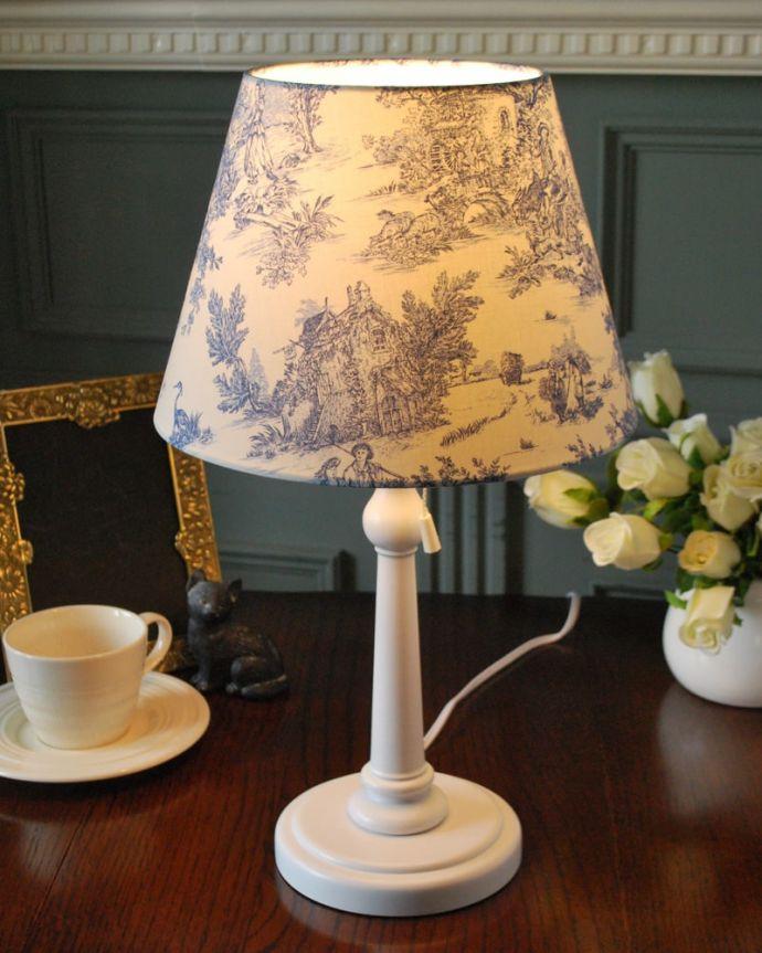 スタンドライト 照明・ライティング フランス風のおしゃれなテーブルスタンド、トワルドジュイ・ブルー(E26球・ナツメ球付き)。ステキな夜の時間を作ってくれますテーブルやデスクの上、ベッドサイドなど、いろんな場所に置いて気軽に使える照明、テーブルランプです。(TL-0086)