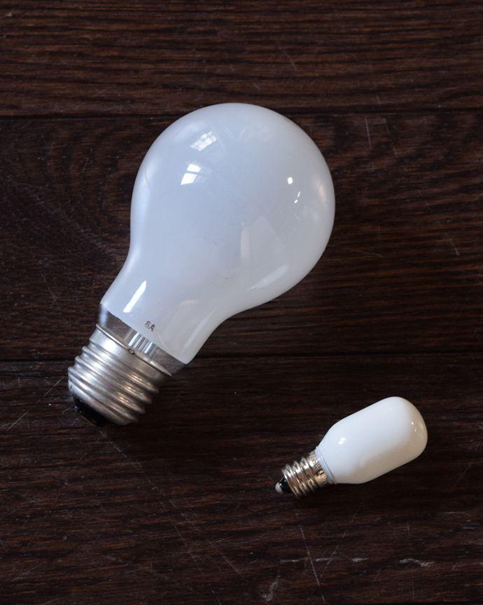 スタンドライト 照明・ライティング アンティーク風のおしゃれなフロアスタンド、ウィリアムモリス柄のシェード(ヴァイン)(E26球・ナツメ球付き)。電球付きなので届いてすぐに使えます電球(E26口金60W)とナツメ球(5W)を一緒にお届けするので、すぐに使えます。(TL-0087)
