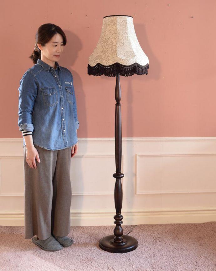 スタンドライト 照明・ライティング アンティーク風のおしゃれなフロアスタンド、ウィリアムモリス柄のシェード(マリーゴールドベージュ)(E26球・ナツメ球付き)。アンティーク風のフロアスタンド見た目もおしゃれなアンティーク風のフロアランプ。(TL-0089)