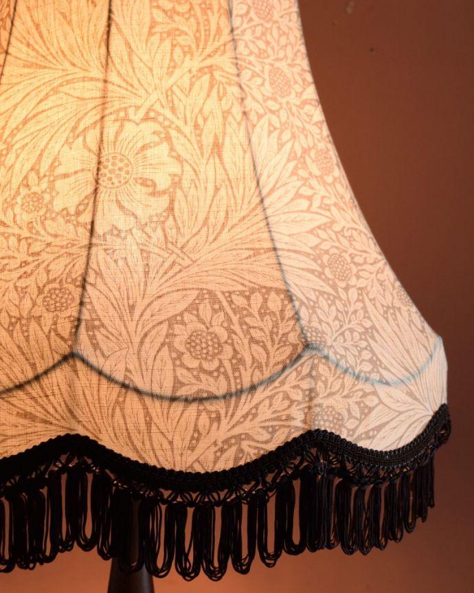 スタンドライト 照明・ライティング アンティーク風のおしゃれなフロアスタンド、ウィリアムモリス柄のシェード(マリーゴールドベージュ)(E26球・ナツメ球付き)。夜がくるのが、なんだか楽しみになる灯り暗くなって灯りを点ける時間が楽しみになるデザイン。(TL-0089)