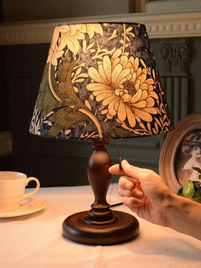 アンティーク風のテーブルランプ