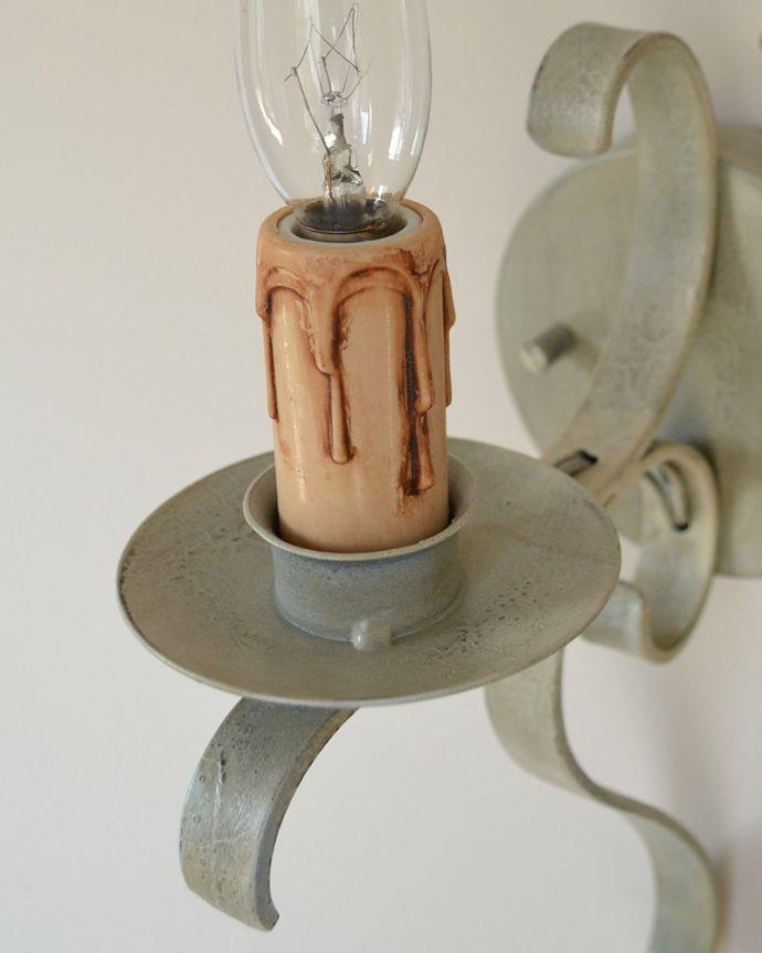 Handleオリジナル 照明・ライティング Handleオリジナル ウォールブラケット(コトン・ホワイト・E17シャンデリア球1個付き)。究極のアンティーク仕上げ鍛造で叩いた跡を残したハンマートーン。(WR-007)