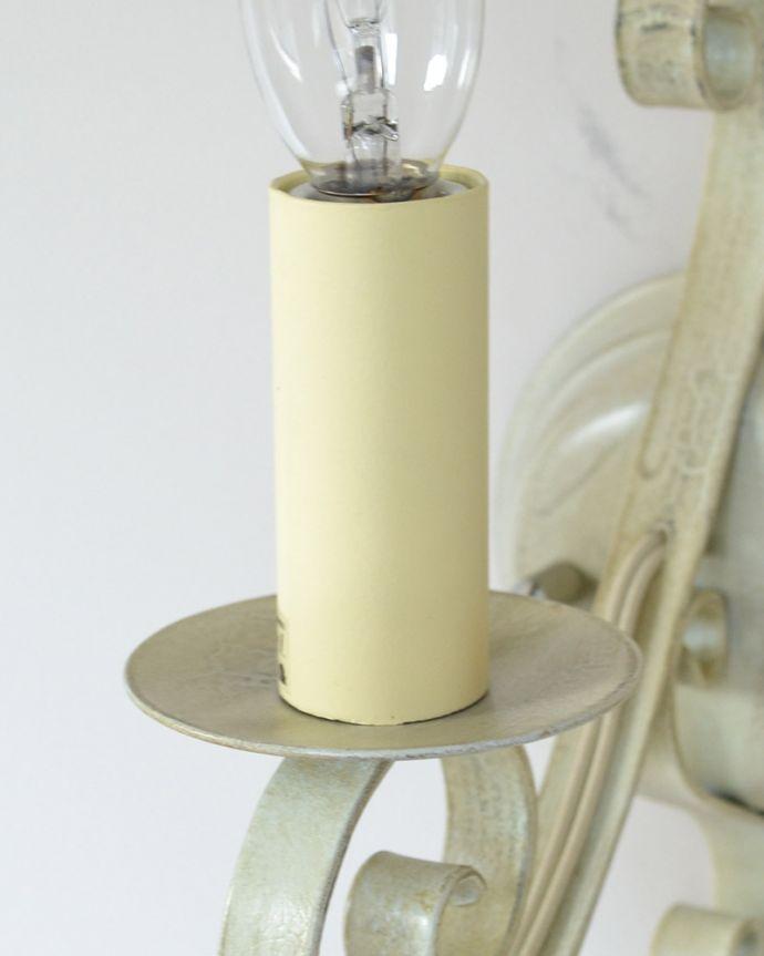 Handleオリジナル 照明・ライティング Handleオリジナル ウォールブラケット(エッフェル・ホワイト・E17シャンデリア球1個付き)。究極のアンティーク仕上げ鍛造で叩いた跡を残したハンマートーン。(WR-031)
