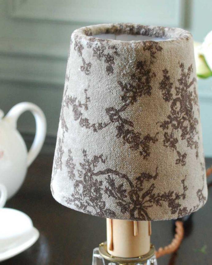 シャンデリア球のシェード 照明・ライティング リボンとお花の柄が可愛い落ち着いた色のフランスの布シェード (コクシグル)。フランスらしいオシャレなデザイン小さくても、フランスらしい女性心をくすぐるデザインはは、とってもオシャレ。(cf-1136)
