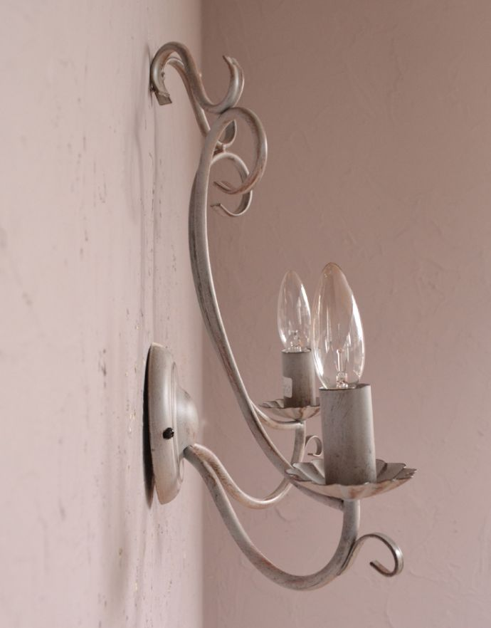 コントワール・ドゥ・ファミーユの2灯ウォールランプ(ブロカント)の横から