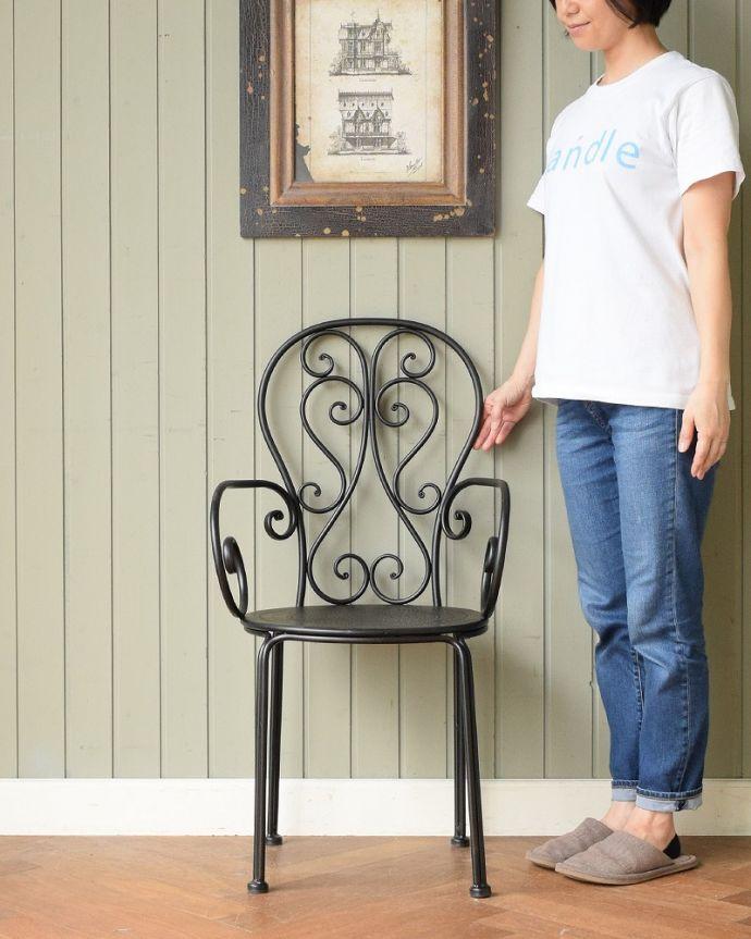 アンティーク風の椅子 アンティーク風 フランスから届いた、コントワール・ドゥ・ファミーユのアイアン製のガーデンチェア  フランス生まれのおしゃれデザイン優雅な曲線で描かれたアンティーク調のガーデンチェア。(cff-1066)