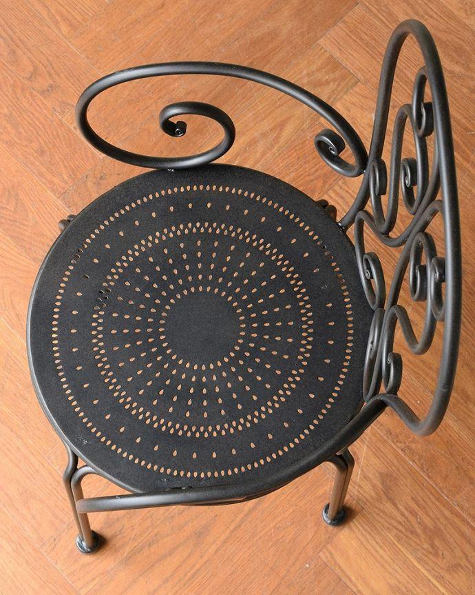 アンティーク風の椅子 アンティーク風 フランスから届いた、コントワール・ドゥ・ファミーユのアイアン製のガーデンチェア  座面を上から見ると・・・まるで本物のアンティークのようなパンチング。(cff-1066)