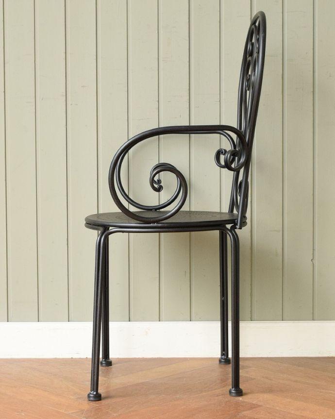 アンティーク風の椅子 アンティーク風 フランスから届いた、コントワール・ドゥ・ファミーユのアイアン製のガーデンチェア  横から見ると・・・スリムな横顔です。(cff-1066)