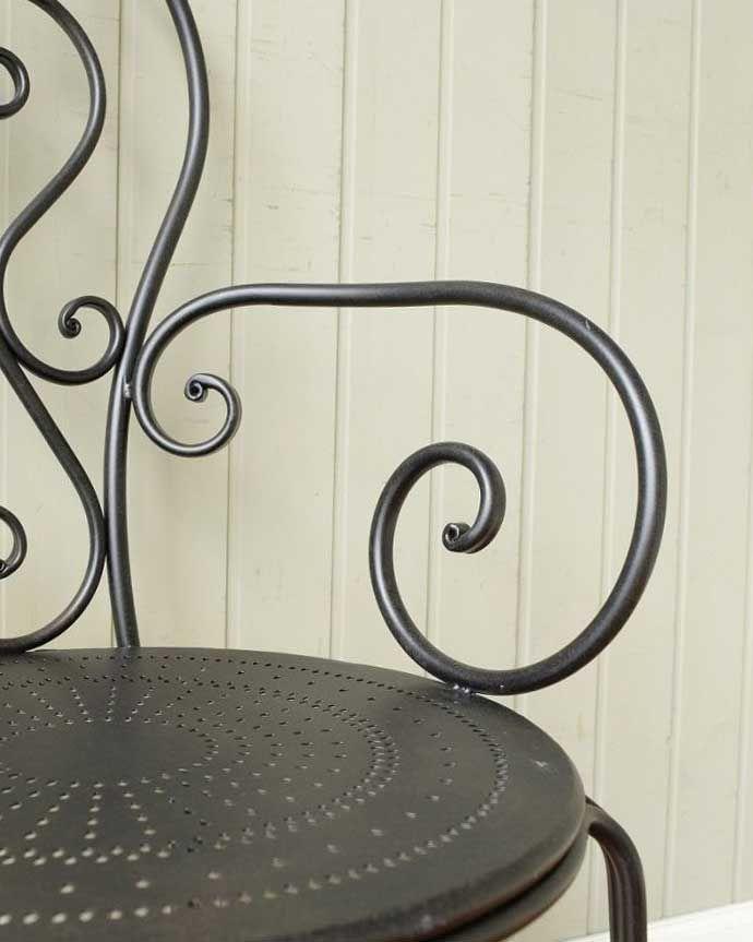 アンティーク風の椅子 アンティーク風 フランスから届いた、コントワール・ドゥ・ファミーユのアイアン製のガーデンチェア  アームも可愛いクルンと巻いた曲線デザインのアームも可愛いんです。(cff-1066)