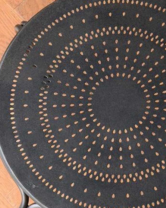 アンティーク風の椅子 アンティーク風 フランスから届いた、コントワール・ドゥ・ファミーユのアイアン製のガーデンチェア  近づいてみると・・・雨水がたまらないのでお庭やテラスでお使い頂けます。(cff-1066)
