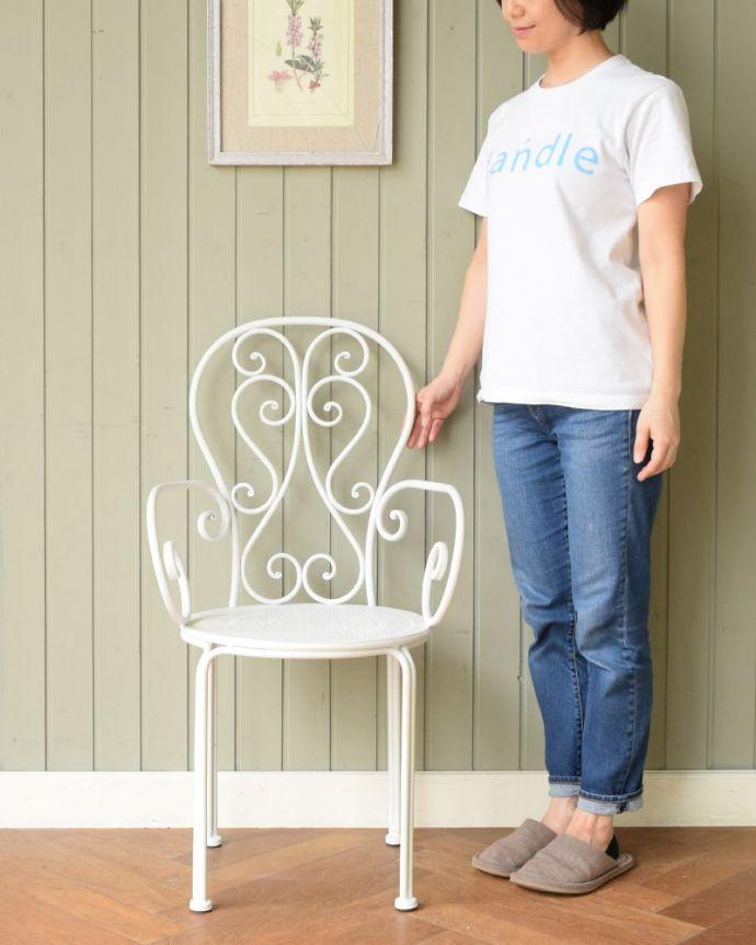 コントワールドファミーユ アンティーク風 フランスのアンティーク調の椅子、コントワール・ドゥ・ファミーユのアイアン製のガーデンチェア(アイボリー) フランス生まれのおしゃれデザイン優雅な曲線で描かれたアンティーク調のガーデンチェア。(cff-1067)