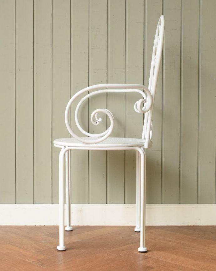 コントワールドファミーユ アンティーク風 フランスのアンティーク調の椅子、コントワール・ドゥ・ファミーユのアイアン製のガーデンチェア(アイボリー) 横から見ると・・・スリムな横顔です。(cff-1067)