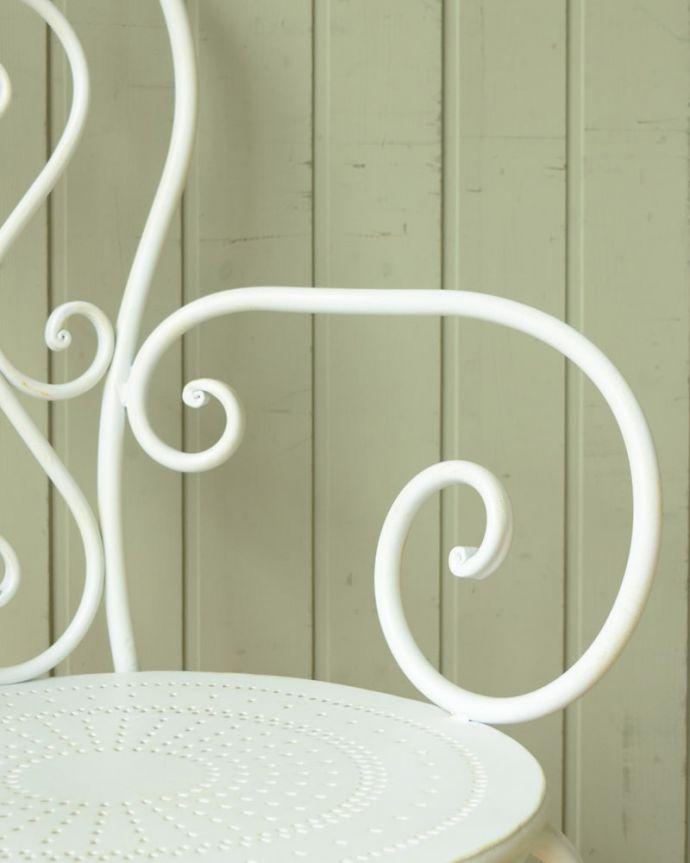 コントワールドファミーユ アンティーク風 フランスのアンティーク調の椅子、コントワール・ドゥ・ファミーユのアイアン製のガーデンチェア(アイボリー) アームも可愛いクルンと巻いた曲線デザインのアームも可愛いんです。(cff-1067)