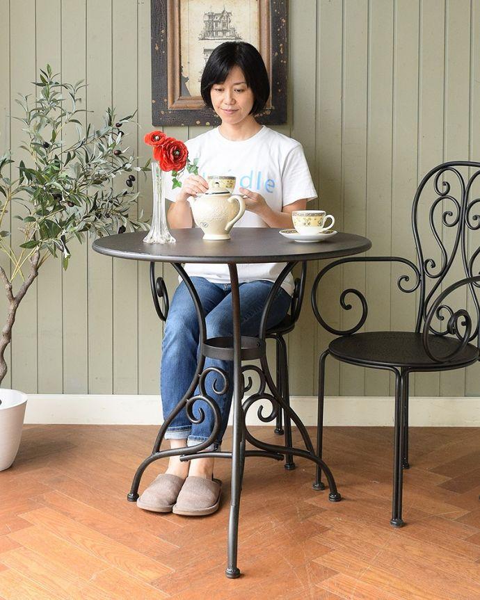 コントワールドファミーユ アンティーク風 フランスの家具、コントワール・ドゥ・ファミーユのアイアンガーデンテーブル フランス生まれのおしゃれデザイン優雅な曲線で描かれたアンティーク調のガーデンテーブル。(cff-1068)