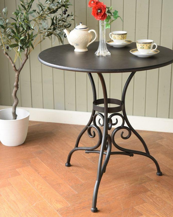 コントワールドファミーユ アンティーク風 フランスの家具、コントワール・ドゥ・ファミーユのアイアンガーデンテーブル いろんな用途で使えます見た目が可愛いので、実用的にティーテーブルとして使うのはもちろん、花台やコンソールのように置いておくだけで絵になります。(cff-1068)