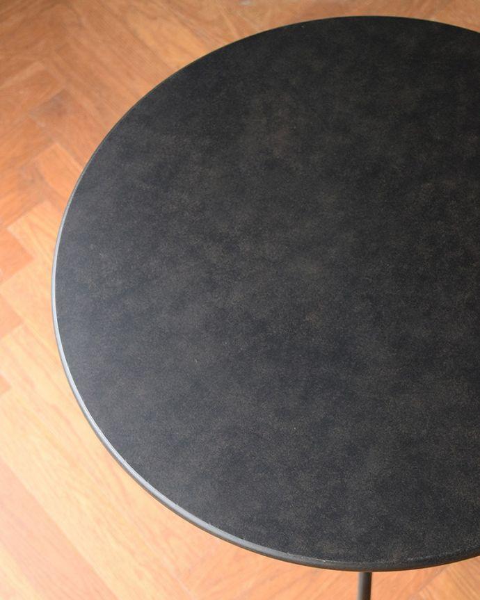 アンティーク風の家具 アンティーク風 アンティーク風のスチール製ガーデンテーブル(コーヒーテーブル)。天板を近くでみると…雨が溜まることもなく、お庭やテラスでお使い頂けます。(y-372-f)