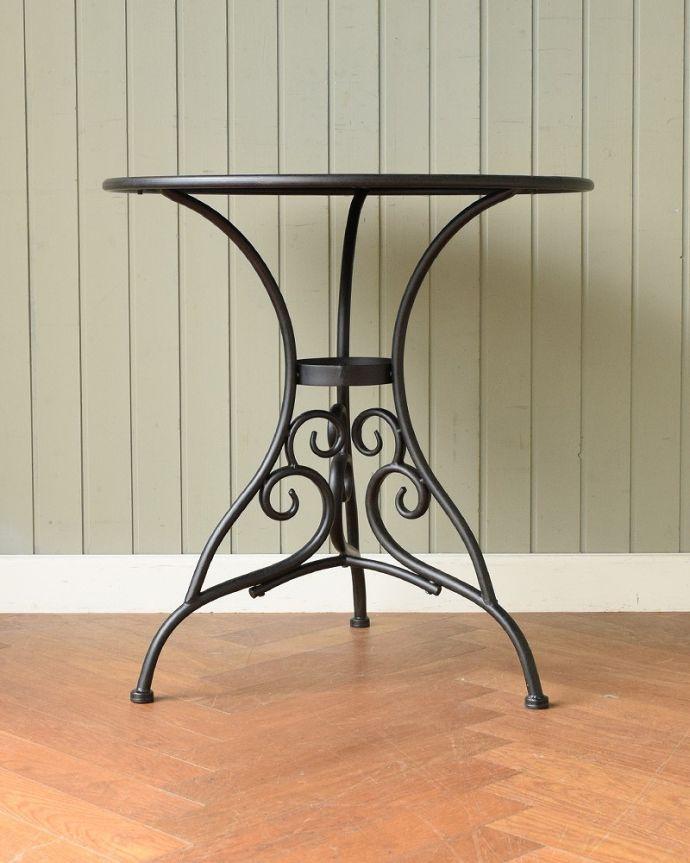 コントワールドファミーユ アンティーク風 フランスの家具、コントワール・ドゥ・ファミーユのアイアンガーデンテーブル さらにクルッと回転もちろん、角度を変えても見てもいい感じです。(cff-1068)