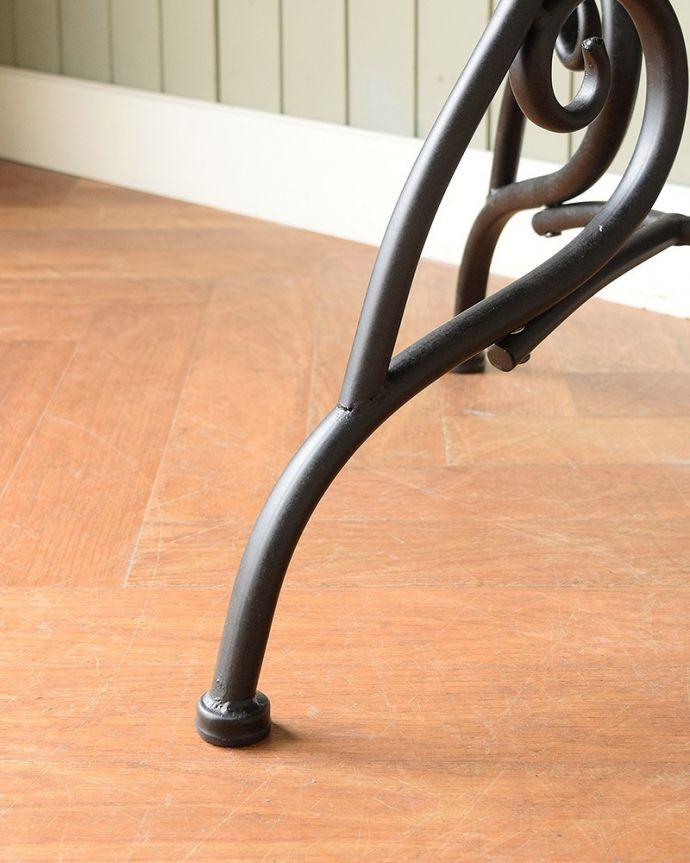 コントワールドファミーユ アンティーク風 フランスの家具、コントワール・ドゥ・ファミーユのアイアンガーデンテーブル 足先は・・・細くても、しっかり安定感のある足先です。(cff-1068)