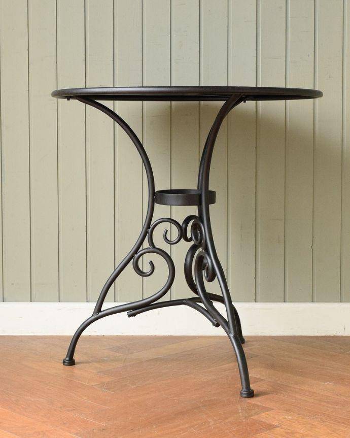 コントワールドファミーユ アンティーク風 フランスの家具、コントワール・ドゥ・ファミーユのアイアンガーデンテーブル クルッと回転。(cff-1068)
