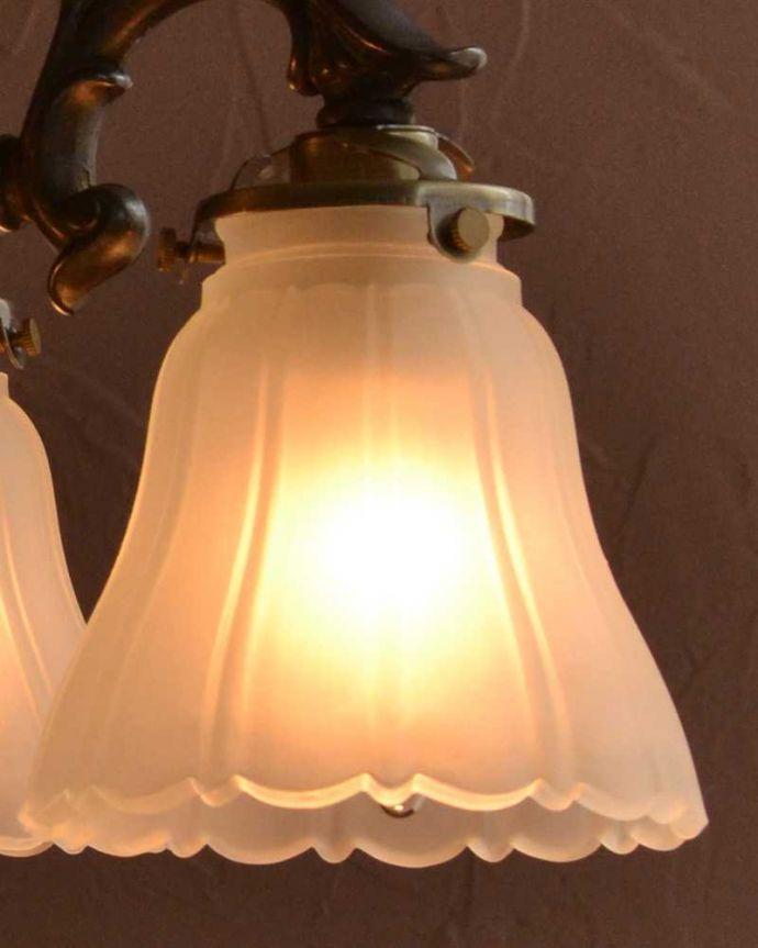 シャンデリア 照明・ライティング 3輪の白いお花が優しく照らすアンティーク風のシャンデリア(アンティーク色・3灯・電球なし)。。(cr-508-a)