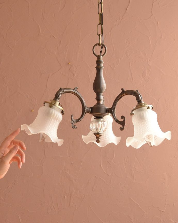 シャンデリア 照明・ライティング アンティークをモチーフにした可愛いシェードのアンティーク風シャンデリア(アンティーク色・3灯・電球なし)。。(cr-512-a)