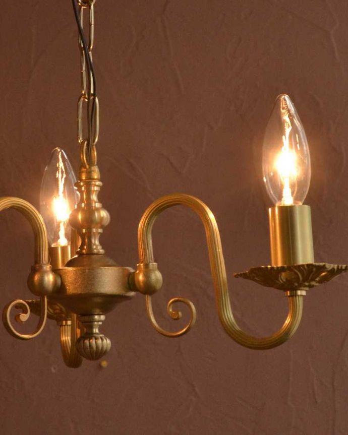 シャンデリア 照明・ライティング アンティーク風の真鍮製シャンデリア(3灯・電球なし)。やさしい灯りで過ごす夜上向きのシャンデリアからの柔らかい優しい灯りは、一日の疲れを癒してくれます。(cr-513-g)