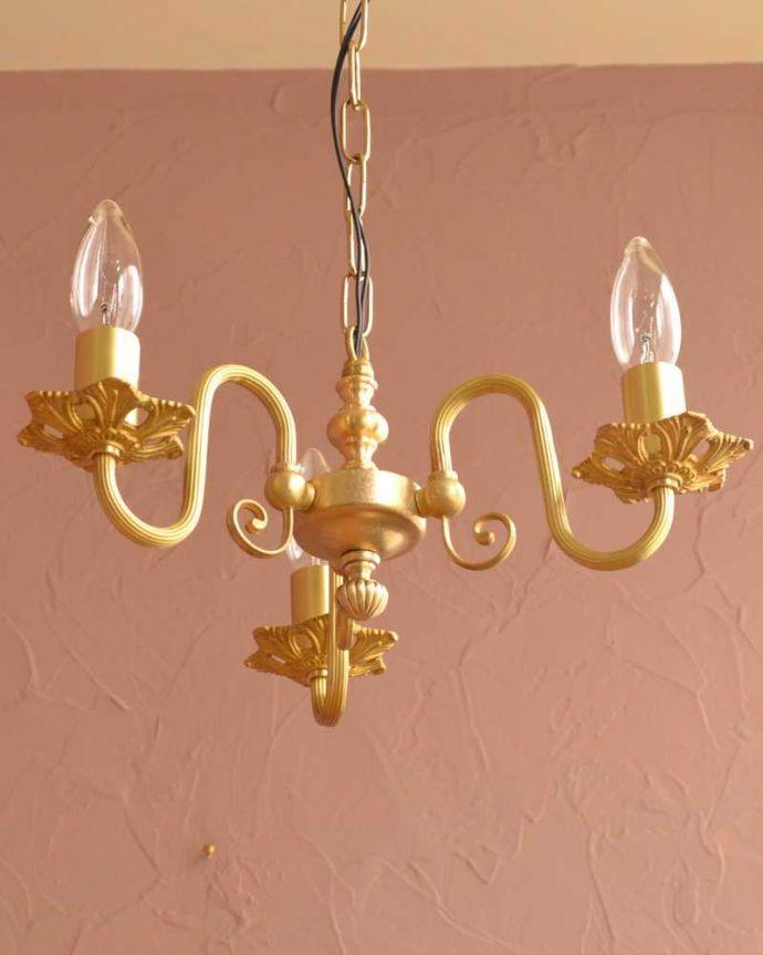 シャンデリア 照明・ライティング アンティーク風の真鍮製シャンデリア(3灯・電球なし)。下から眺めてみると・・・実際に取り付けて見上げてみるとこんな感じに見えます。(cr-513-g)