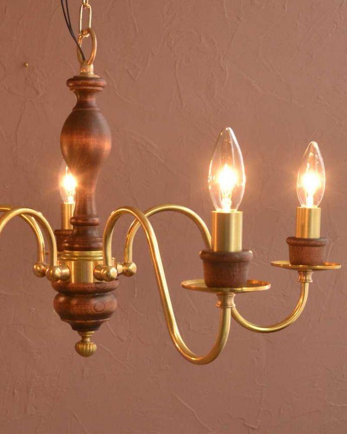 シャンデリア 照明・ライティング 木製×真鍮のコラボが人気のアンティーク風の木製シャンデリア(5灯・電球なし)。やさしい灯りで過ごす夜上向きのシャンデリアからの柔らかい優しい灯りは、一日の疲れを癒してくれます。(cr-516-g)
