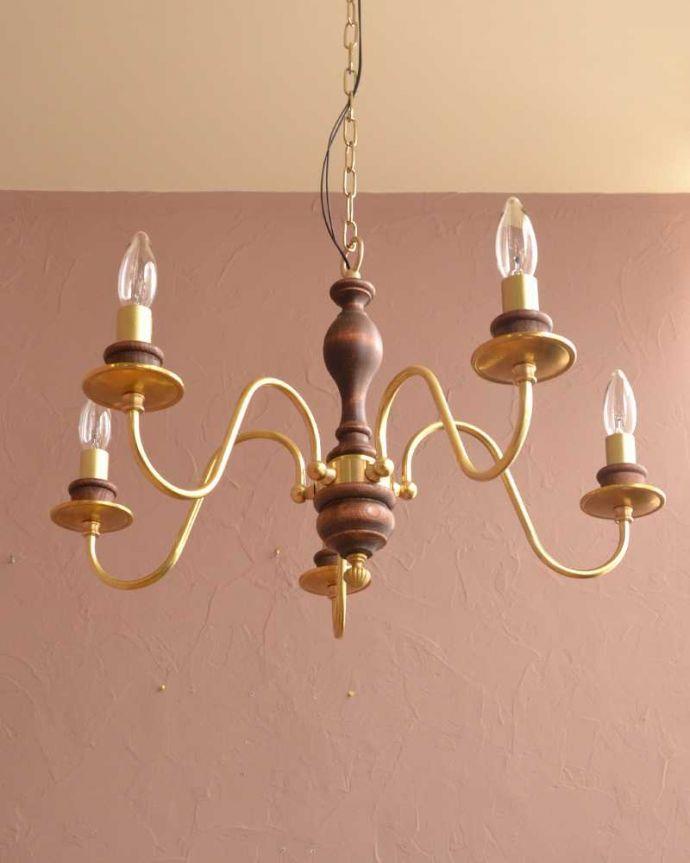 シャンデリア 照明・ライティング 木製×真鍮のコラボが人気のアンティーク風の木製シャンデリア(5灯・電球なし)。下から眺めてみると・・・実際に取り付けて見上げてみるとこんな感じに見えます。(cr-516-g)