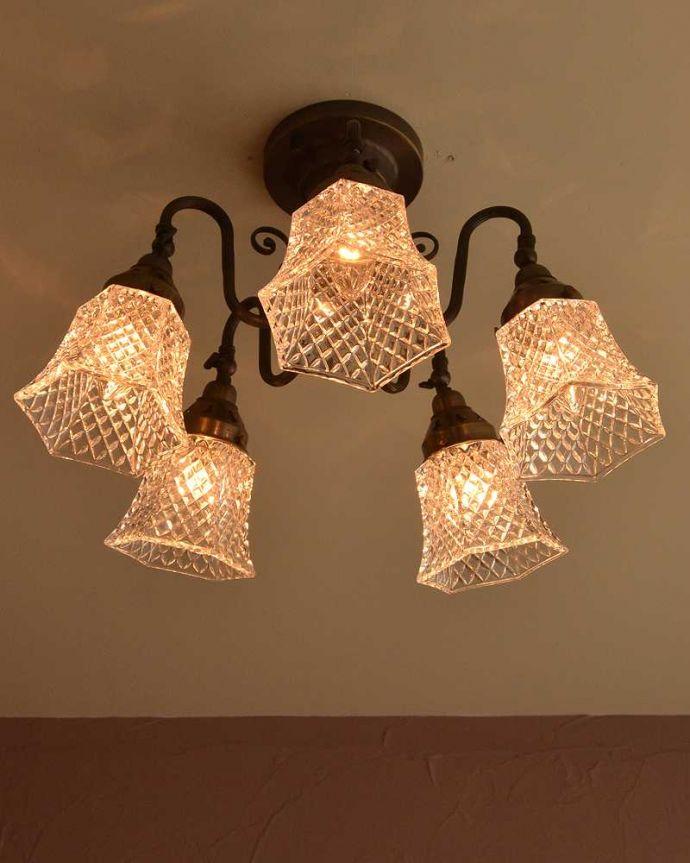シャンデリア 照明・ライティング アンティーク風のシーリングタイプの真鍮製シャンデリア(アンティーク色・5灯・電球なし) 。使いやすい下向きタイプ点灯すると、ダイヤ型の型押しに反射して、キラキラと宝石のように輝きます。(cr-519-a)