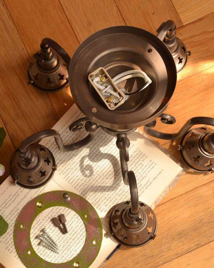 シャンデリア 照明・ライティング アンティーク風のシーリングタイプの真鍮製シャンデリア(アンティーク色・5灯・電球なし) 。直結用のパーツも同梱します電気屋さんにお渡し頂ければ、直結で取り付けしてもらえる金具も一緒にお届けします。(cr-519-a)